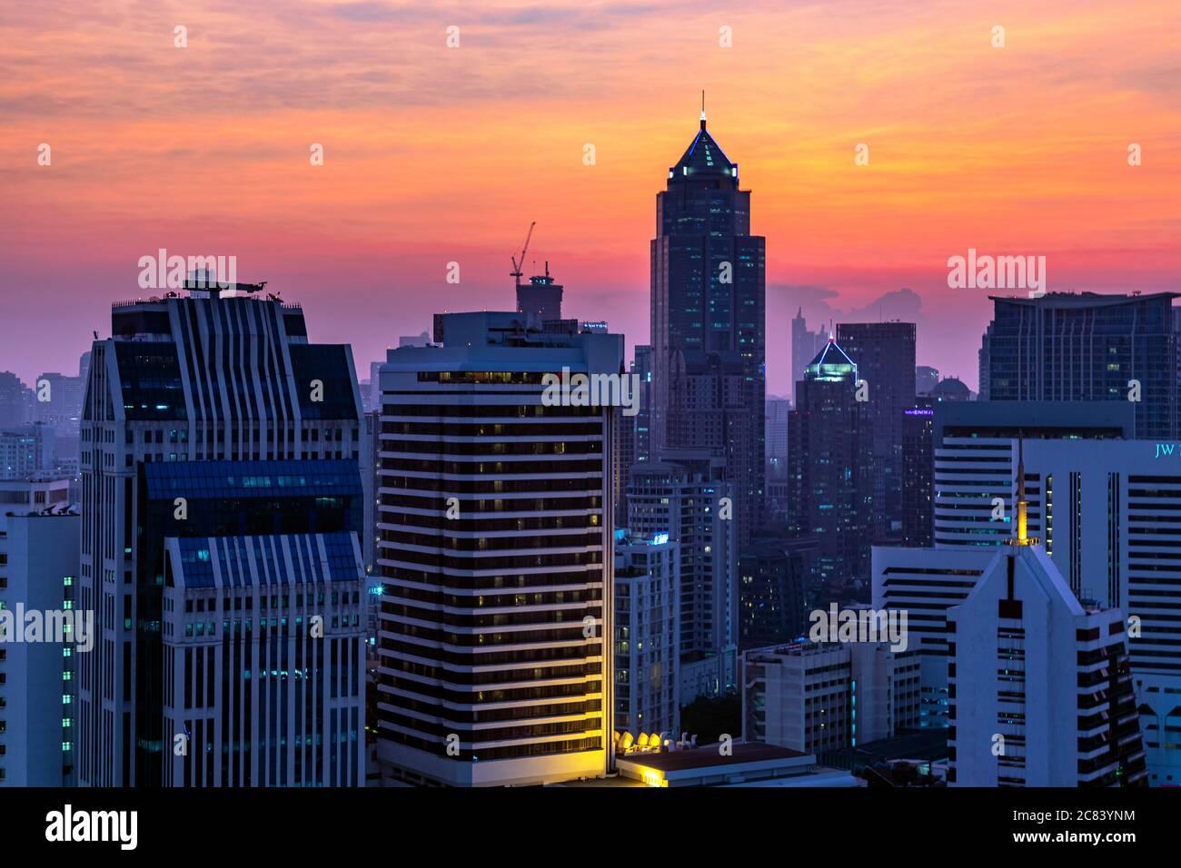 Skyline della città di Bangkok al tramonto intorno a Sukhumvit, Thailandia Foto Stock