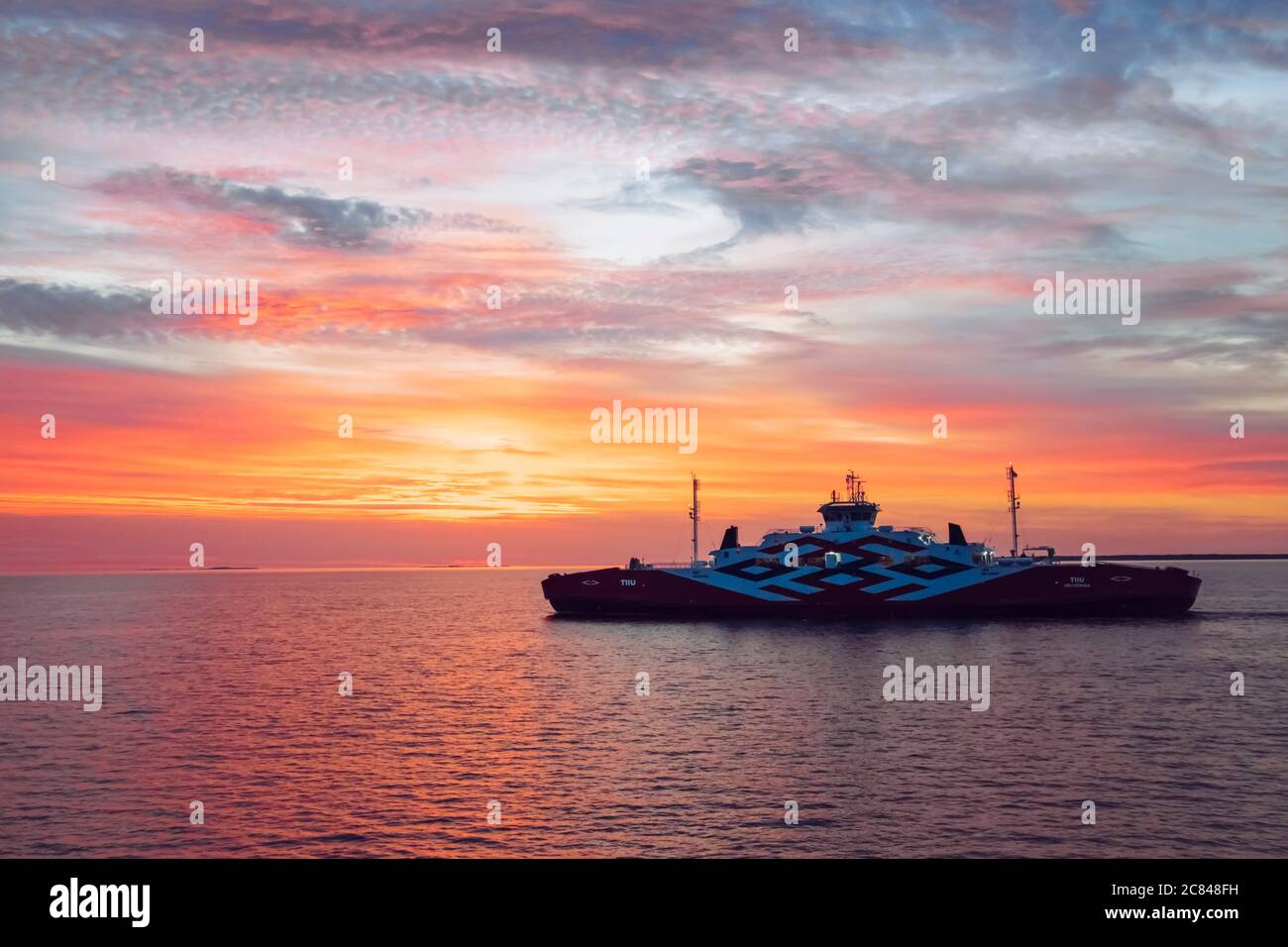 Mar Baltico, Hiiumaa/Estonia-19JUL2020: Traghetto chiamato Tiiu tra Hiiumaa (porto di Heltermaa) e l'Estonia continentale ( Rohuküla, Rohukula) in mare. Foto Stock