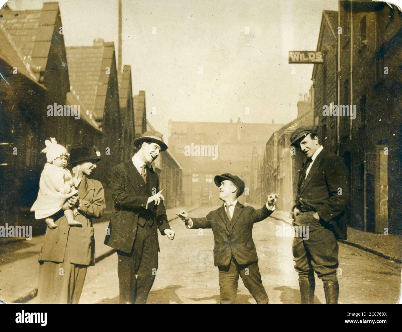 Gruppo di persone, forse familiari, tra cui un uomo a crescita limitata (narfismo), anni venti. Data: 1920 Foto Stock