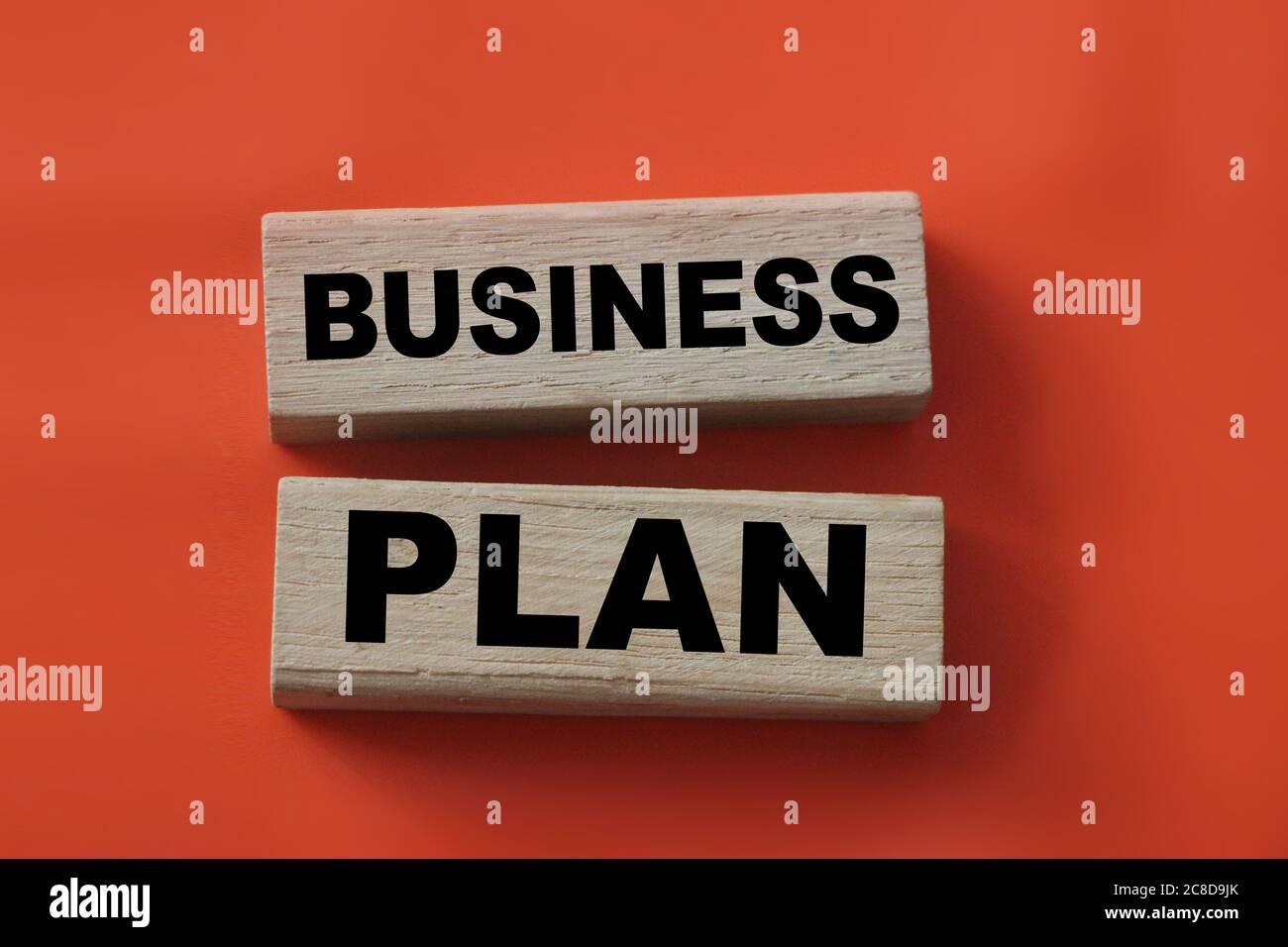 Parole di business plan su blocchi di legno in rosso. Concetto di marketing e gestione Foto Stock