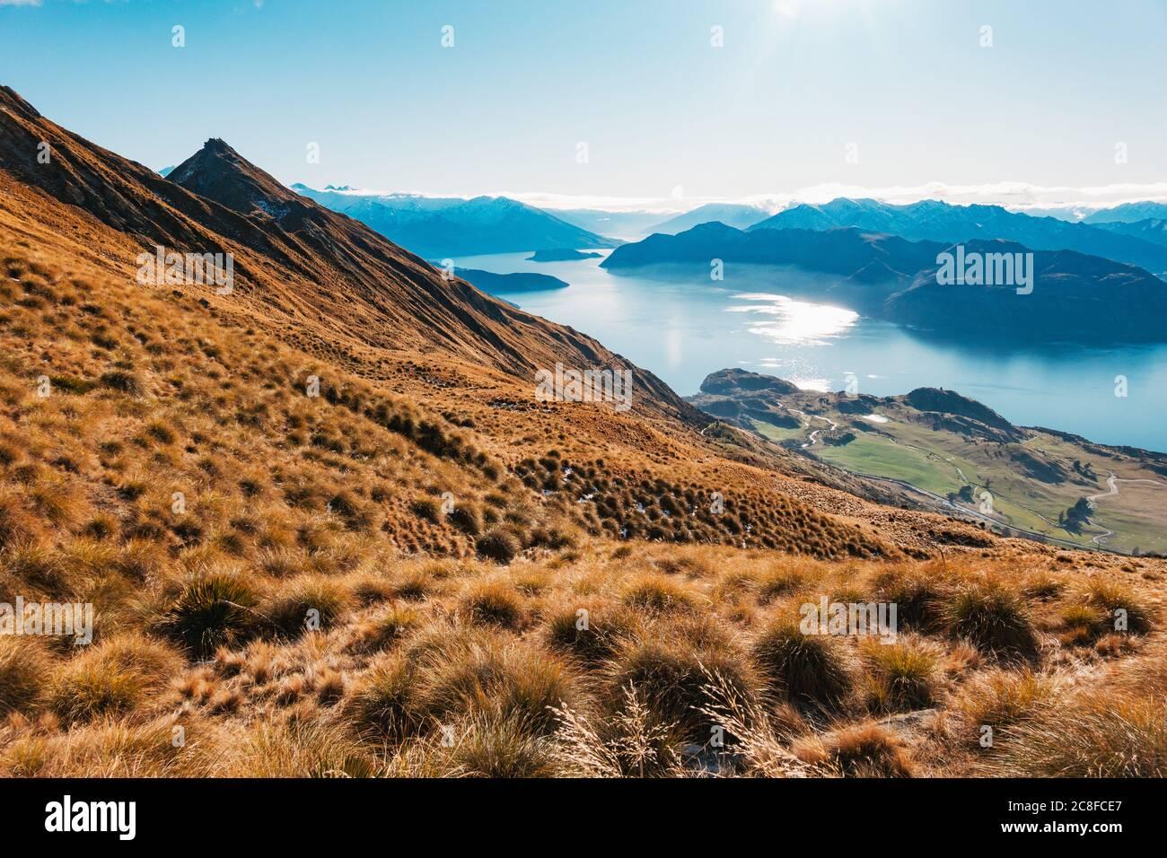 Un lago Wanaka ancora blu in una mattinata invernale nell'Isola del Sud della Nuova Zelanda Foto Stock