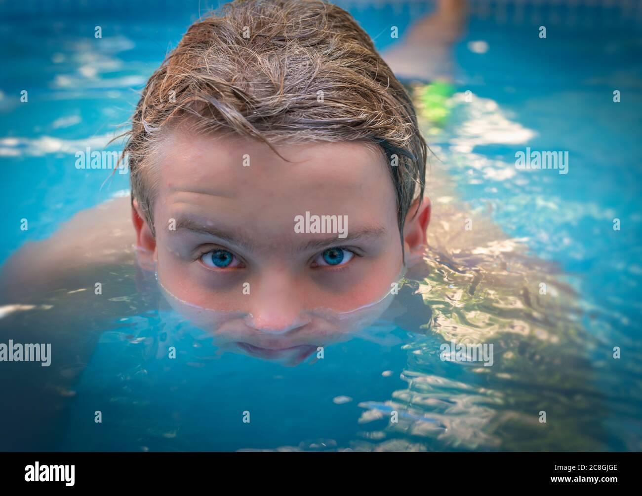 yong uomo con gli occhi blu stupefacente in piscina, godendo la sua vacanza. Foto Stock