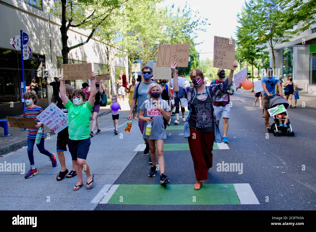 """Portland, Oregon, Stati Uniti. 26 luglio 2020. I bambini e i loro genitori hanno marciato oggi come parte di 'famiglie che chiedono Feds out of Portland'' un evento organizzato da .'Raising Antiracist Kids PDX.''la marcia è iniziata a Salmon St. Fountain e si è conclusa al Centro di Giustizia/Corte di casa, dove un giovane afroamericano teen ha dato un discorso sentito sul pari e la libertà. Secondo la pagina Facebook, è stato pensato per """"spari la forza delle famiglie locali che non vogliono i gooni del DHS invadere la città"""". Credit: Amy Katz/ZUMA Wire/Alamy Live News Foto Stock"""