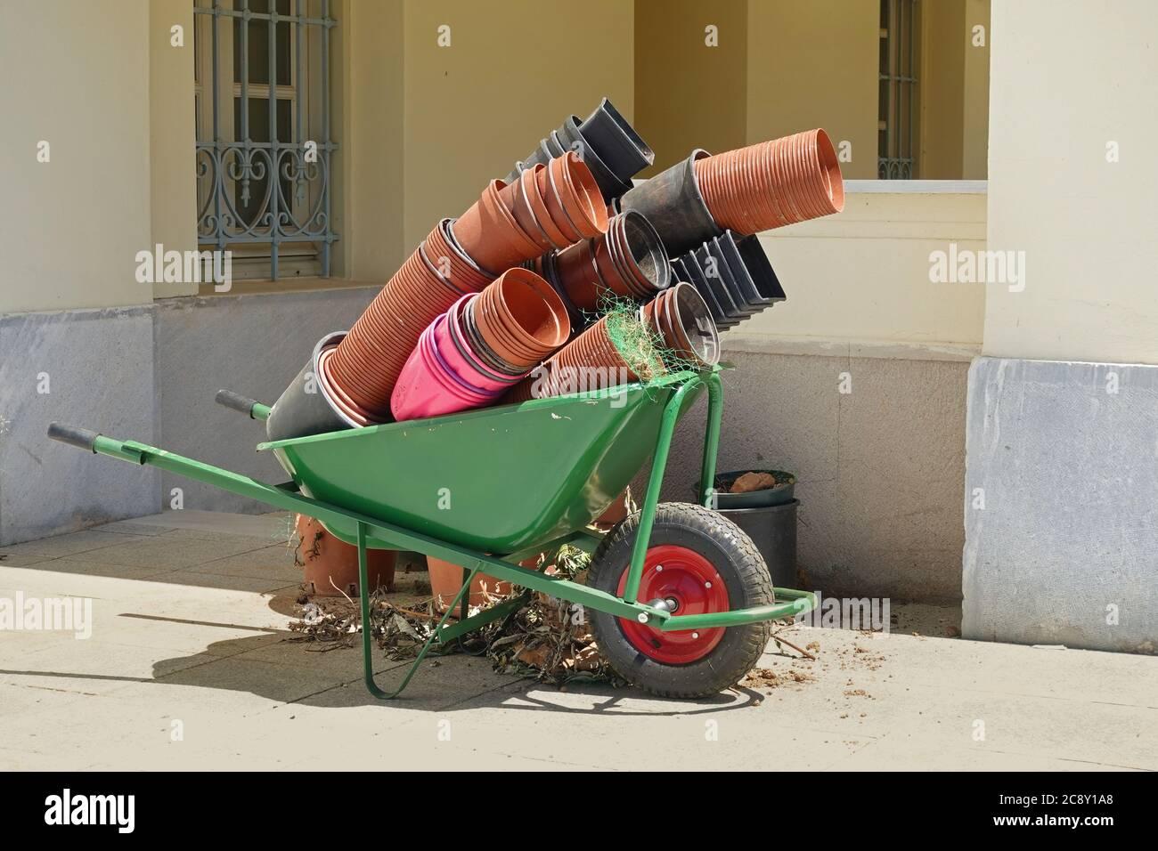 Carrello da giardino con vasi di fiori vuoti. Attrezzatura da giardinaggio. Foto Stock