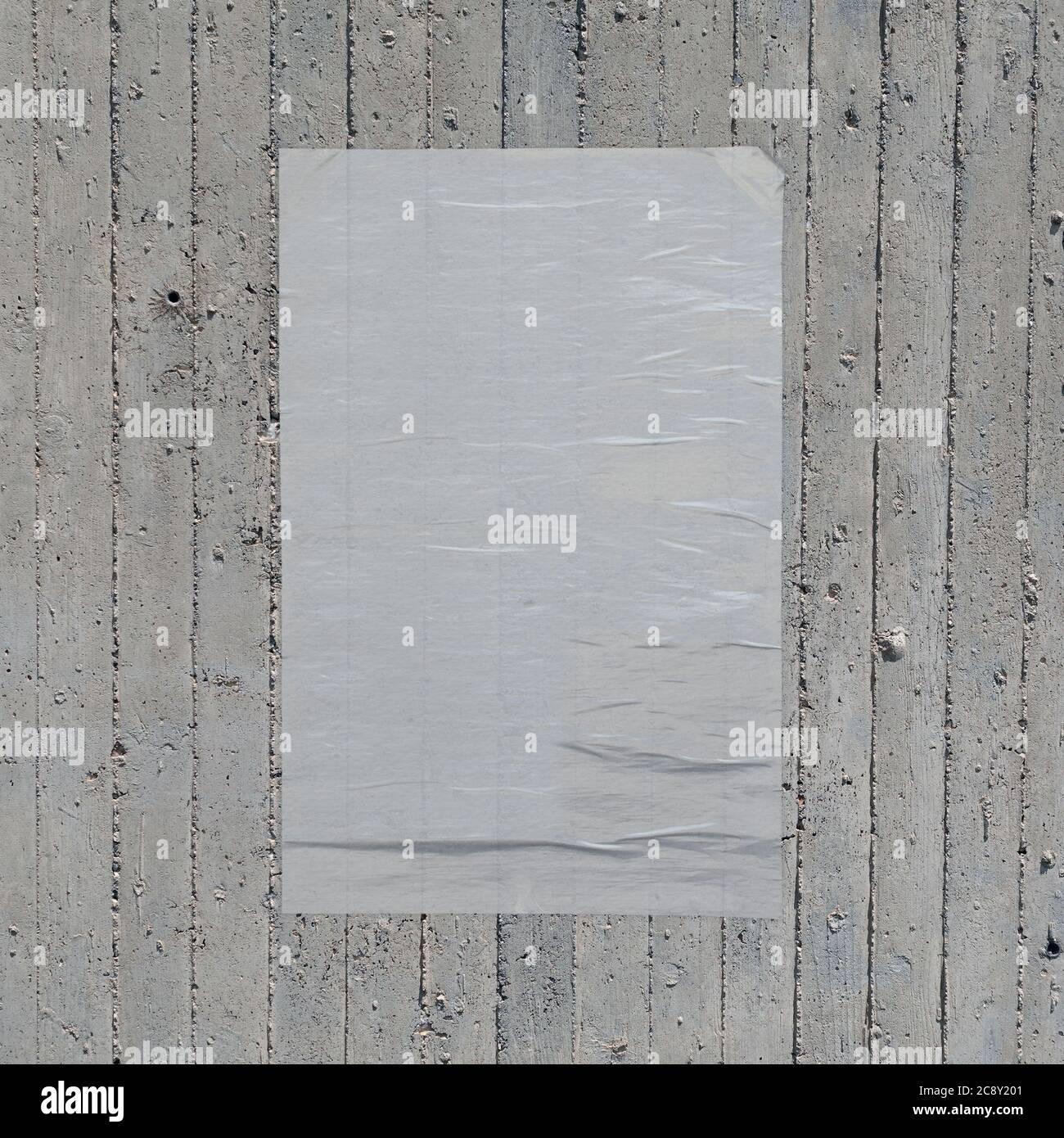 Poster di carta sminuzzata bianca sullo sfondo di una parete in cemento. Elemento di progettazione. Foto Stock