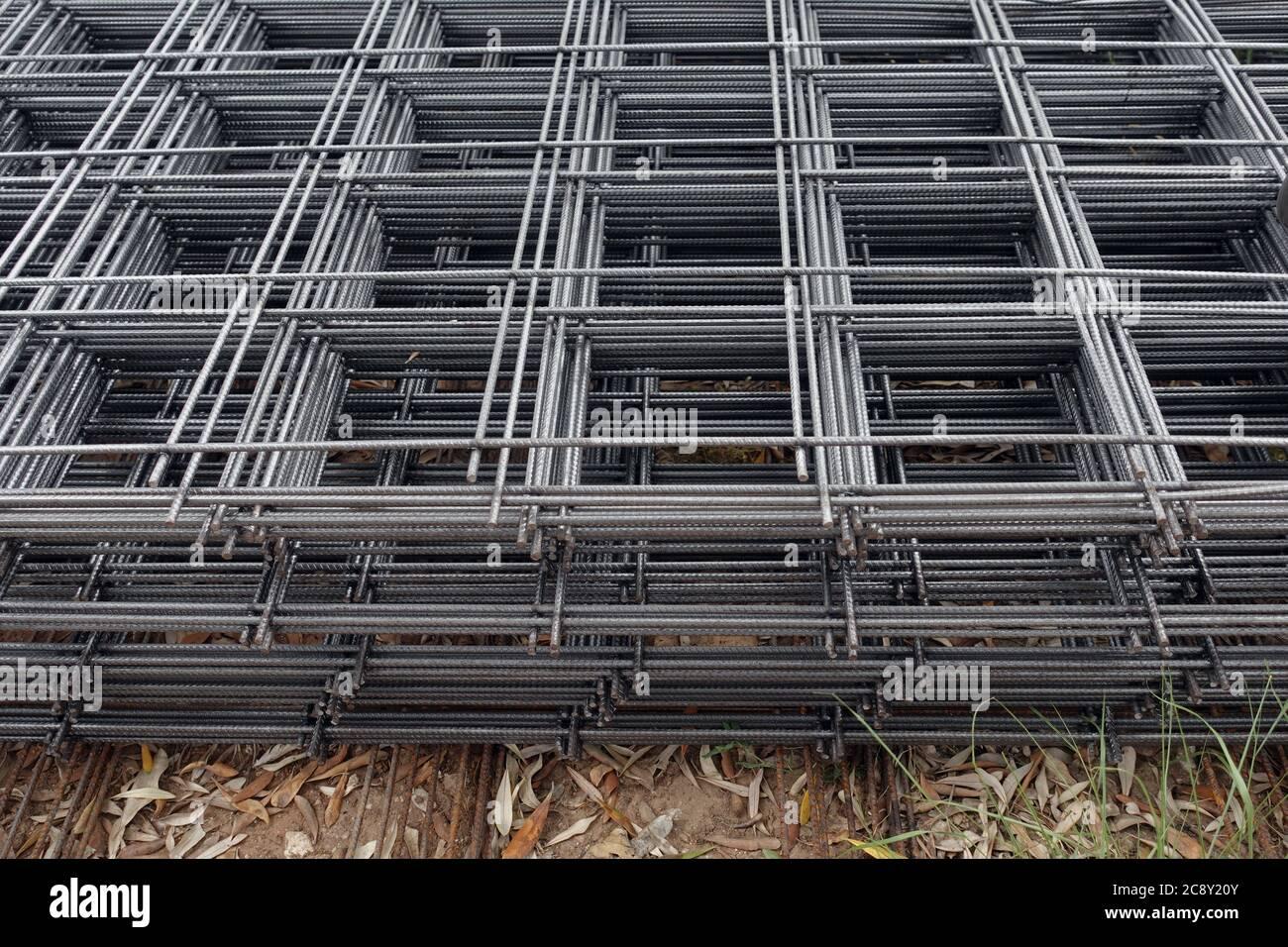 Rete di rinforzo di calcestruzzo di filo di acciaio usata nella costruzione. Contesto industriale. Foto Stock