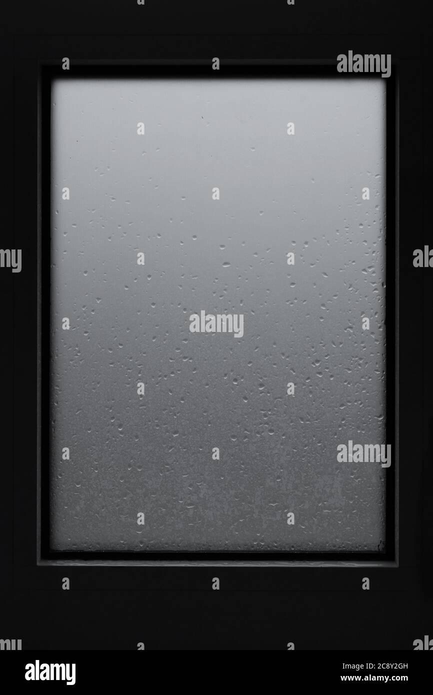 Cornice finestra sfondo vetro con gocce d'acqua condensa. Foto Stock