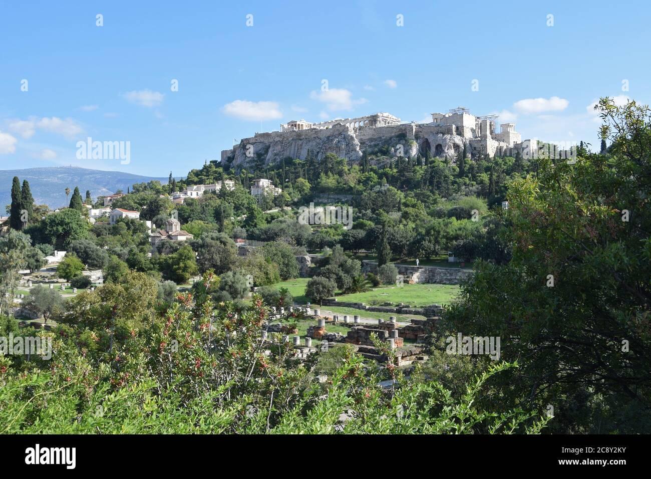 Atene, Grecia - 14 ottobre 2015: Roccia dell'Acropoli e tempio del Partenone visto dal sito archeologico dell'antica agora. Foto Stock