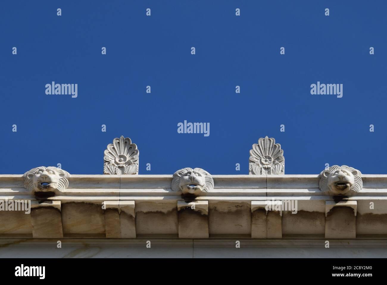Ornamenti antefix di palpette e testa di leone drenano i beccucci d'acqua sul tetto di Stoa Attalos nell'antica Agora di Atene, Grecia. Dettaglio architettonico. Foto Stock