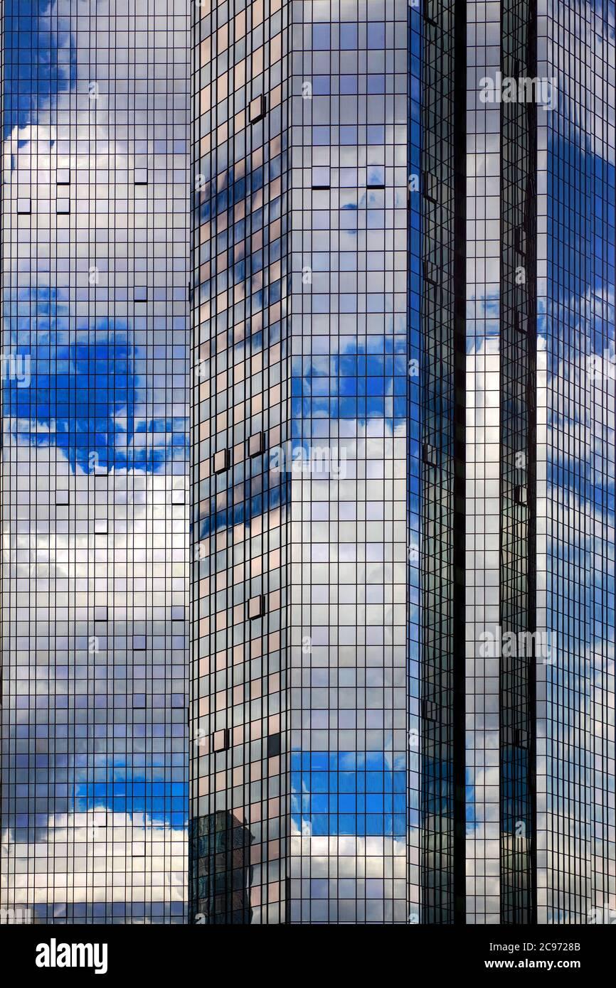 Cielo e nuvole che si specchiano nella facciata in vetro della sede centrale del Deutsche Bank Group, Germania, Assia, Francoforte sul meno Foto Stock