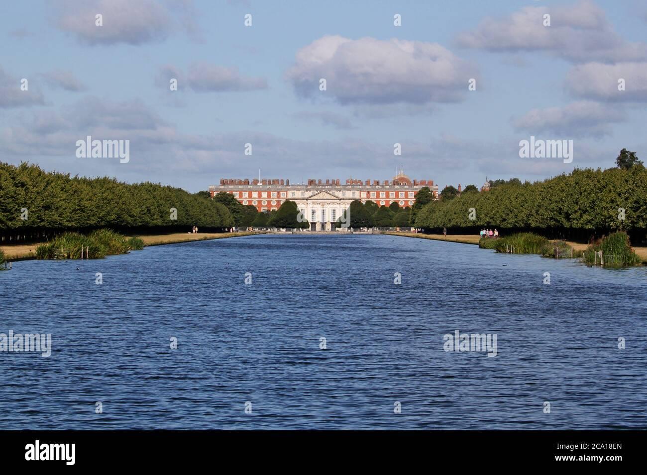 Hampton Court Palace (fronte Est) da Long Water, Home Park, Hampton Court, East Molesey, Surrey, Inghilterra, Gran Bretagna, Regno Unito, Regno Unito, Europa Foto Stock