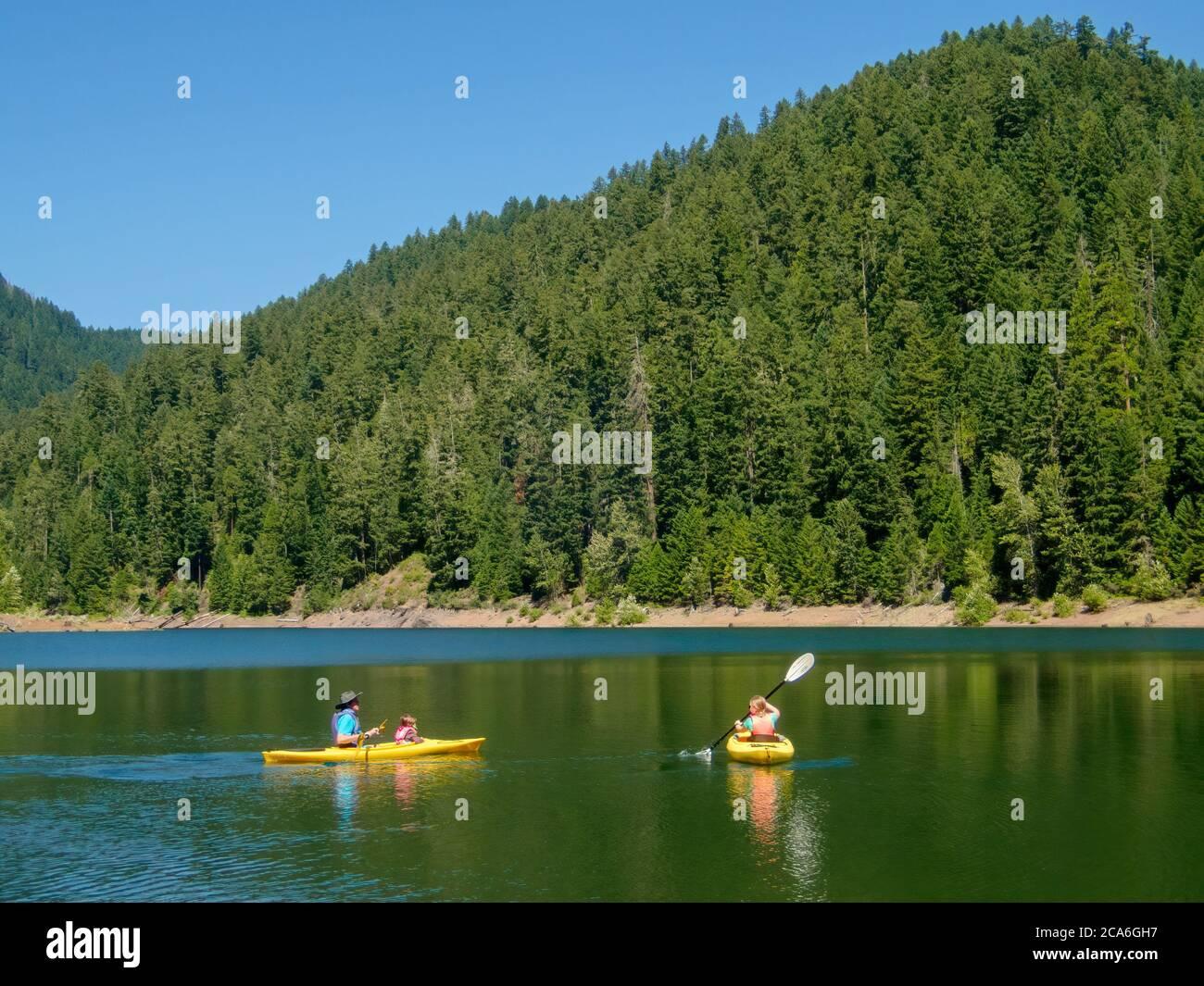Hunter, Chester e Anabel kayak a Larison Cove, Hills Creek Reservoir, Willamette National Forest, Oregon. Foto Stock