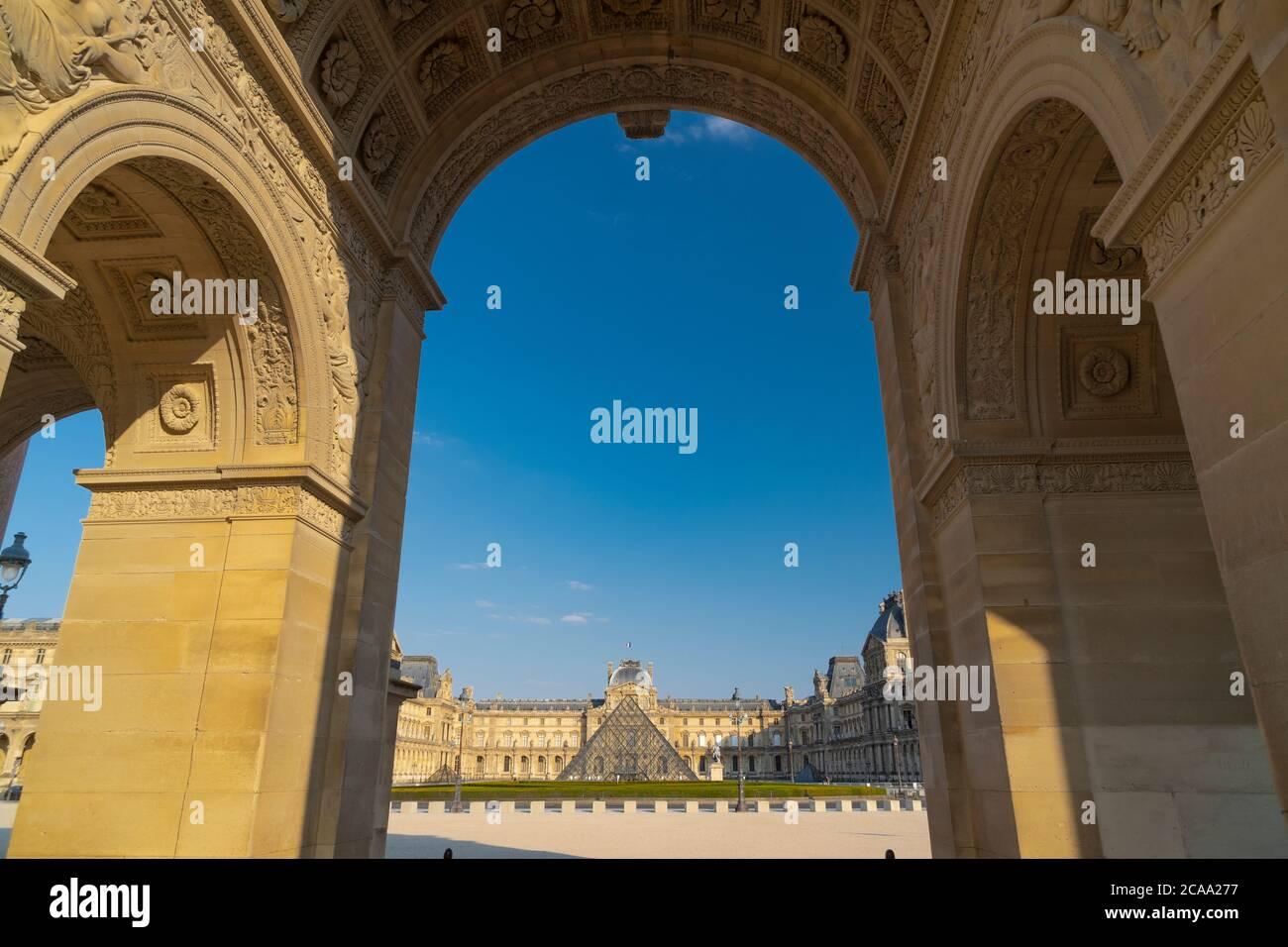 Il Musée du Louvre è il più grande museo d'arte del mondo e un monumento storico di Parigi. Foto Stock