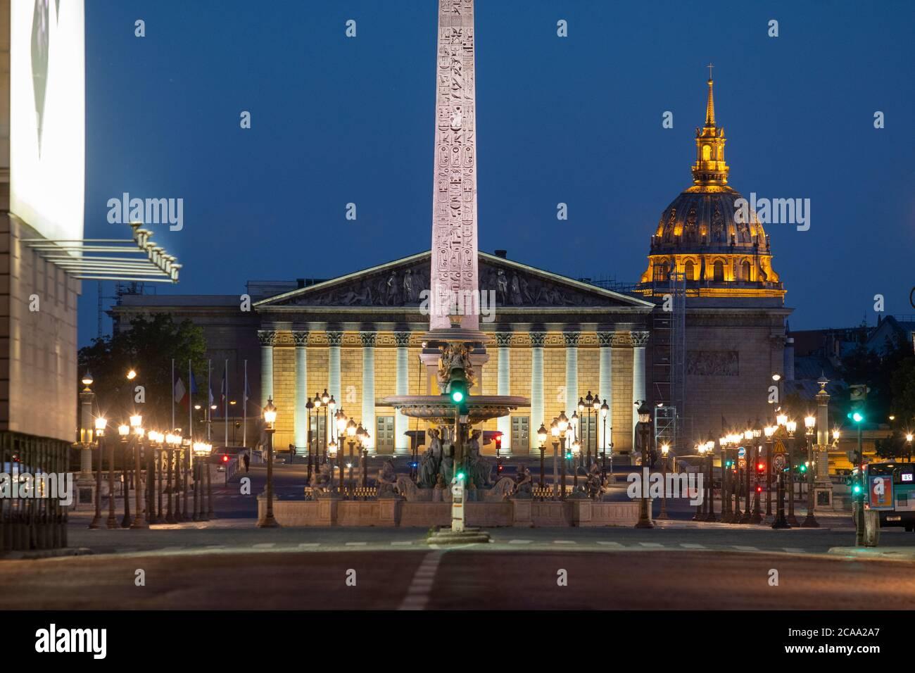 Parigi, vista di Place de la Concorde e Assemblea Nazionale di notte Foto Stock