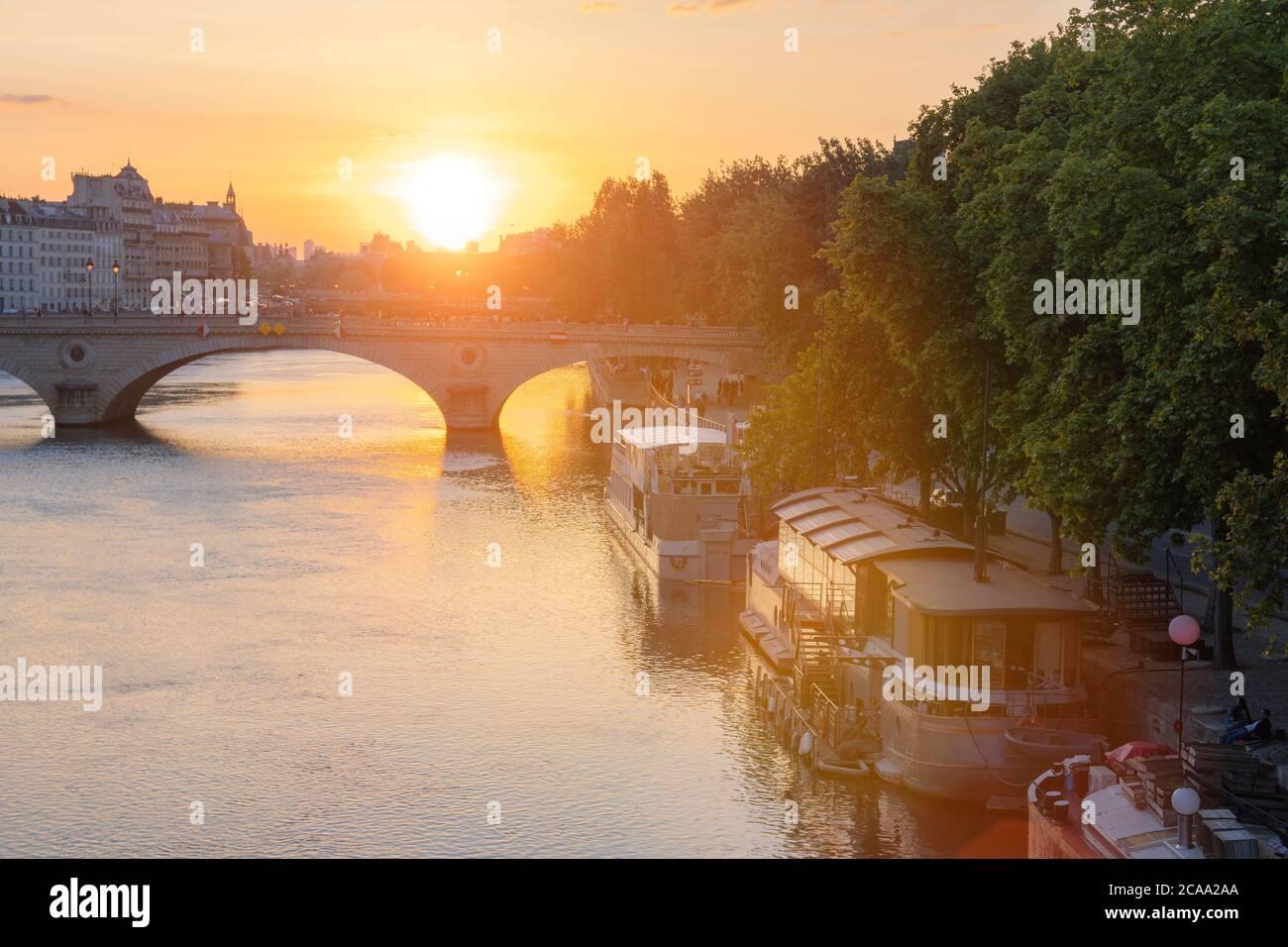 PARIGI, FRANCIA - Tramonto sulla senna. Parigi è una delle destinazioni turistiche più popolari d'Europa. Foto Stock