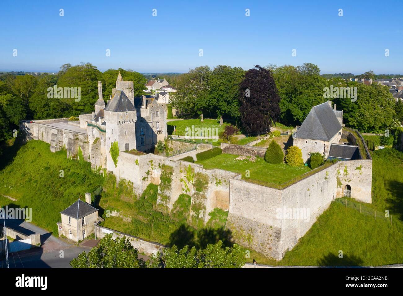Veduta aerea del castello di Creully in Normandia Foto Stock