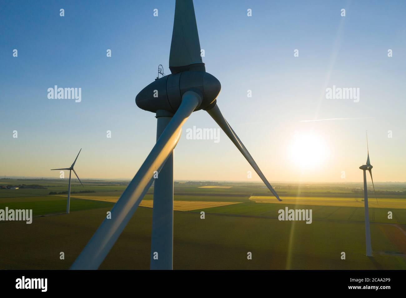 Vista aerea di turbine eoliche produzione di energia - ripresa aerea al tramonto Foto Stock