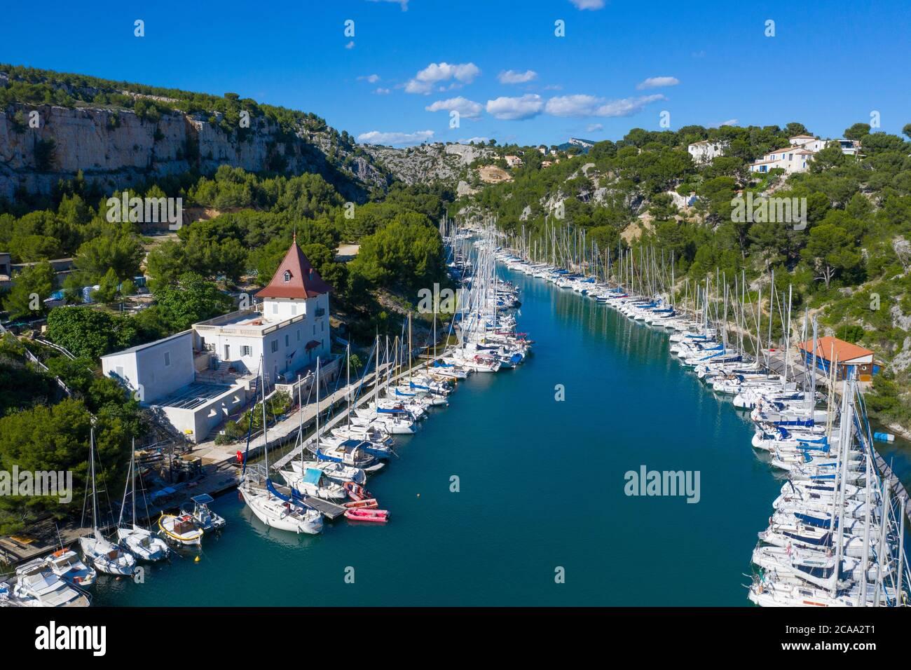 Vista aerea del parco nazionale di Calanques vicino al villaggio di pescatori di Cassis. Piccolo porto 'Port Miou' Foto Stock