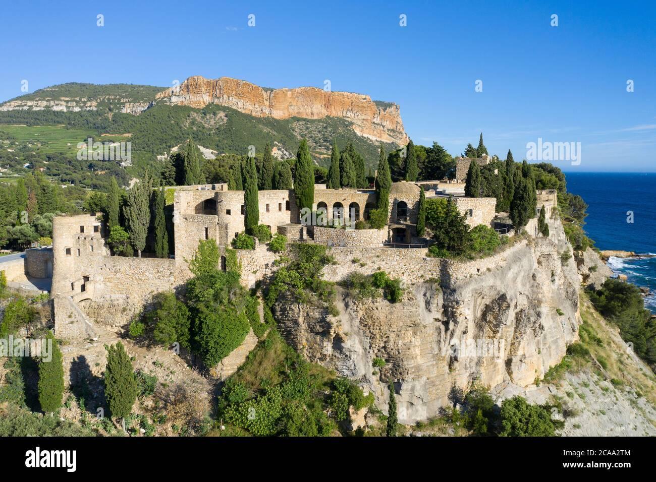 Veduta aerea del castello sulla cima di una collina vicino al centro della città di Cassis Foto Stock
