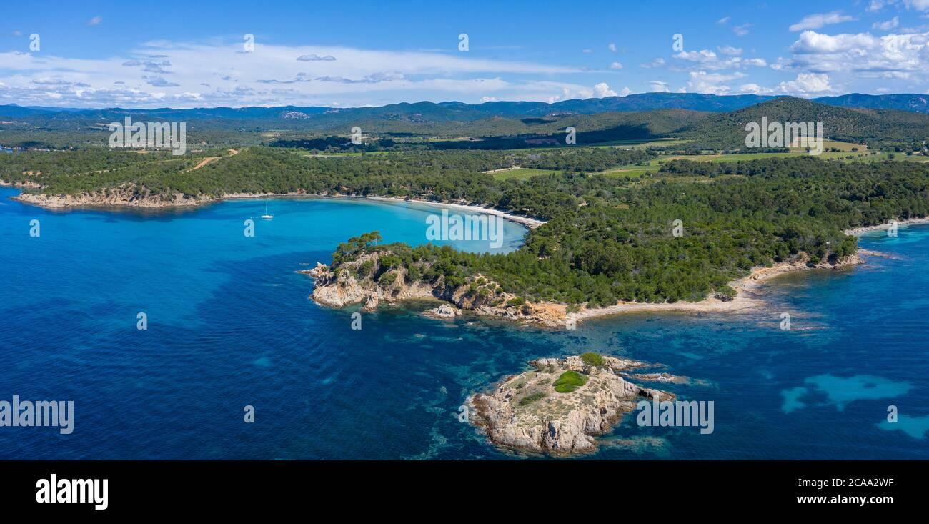Francia, Costa Azzurra, veduta aerea di Cap Leoube e della spiaggia di Estagnole situate nei pressi di Bormes les Mimosas, Foto Stock
