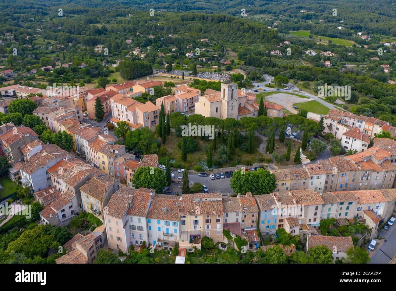 Francia, veduta aerea di Flayosc, un tipico villaggio francese in Provenza Foto Stock
