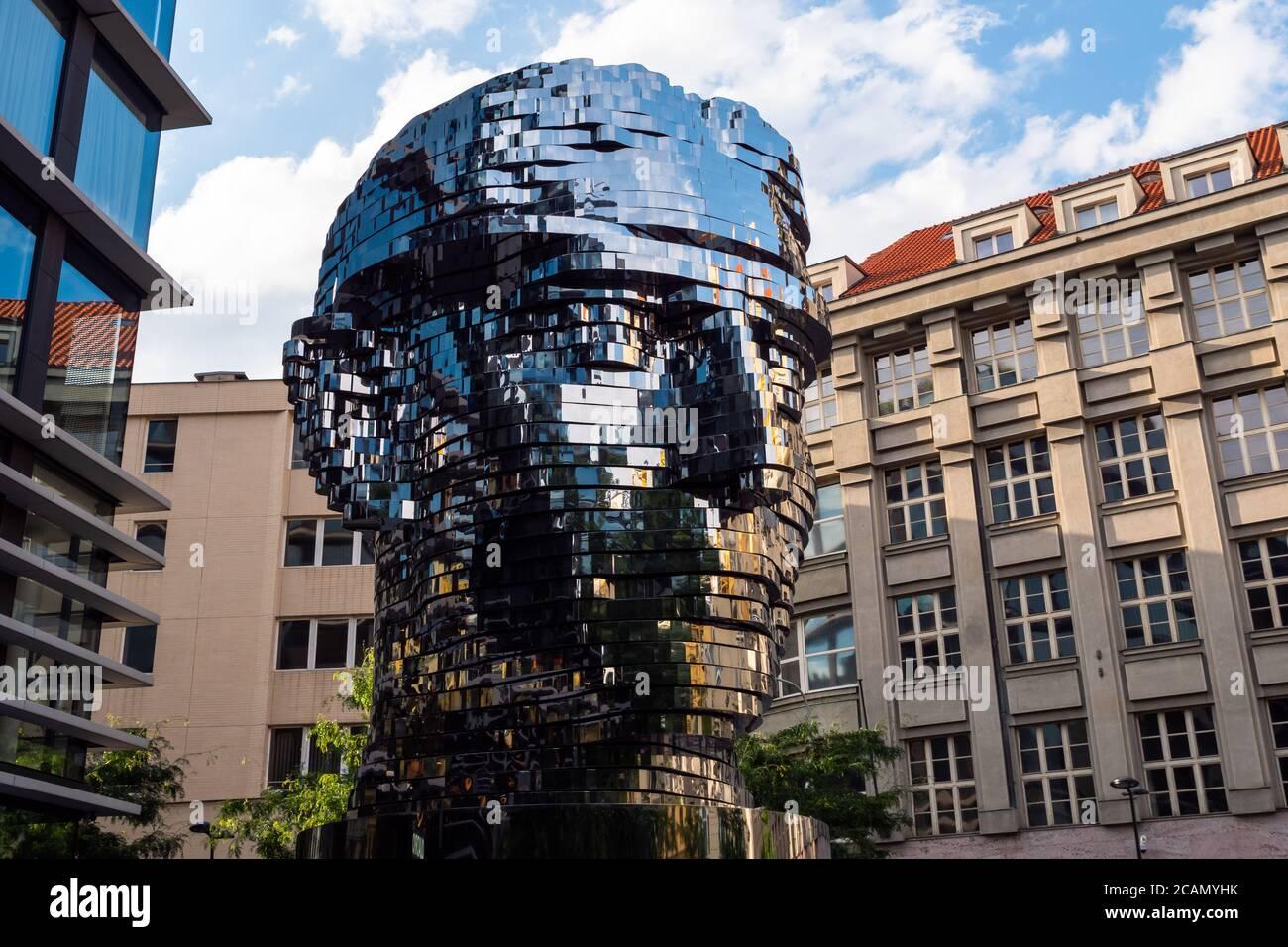 Praga, Repubblica Ceca - Luglio 11 2020: Turning Head of Franz Kafka in Czech Hlava Franze Kafky statue di Davd Cerny Foto Stock