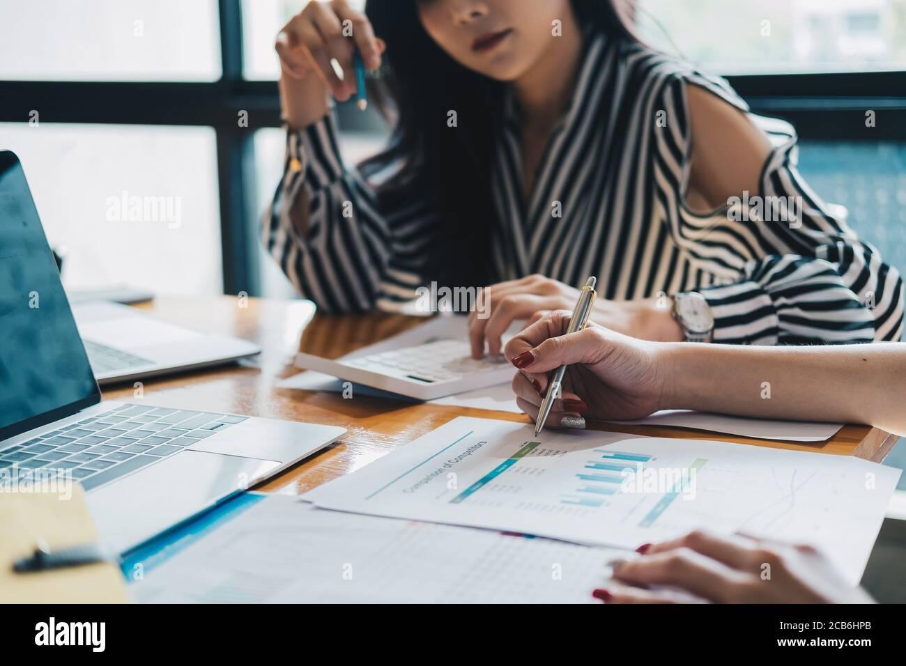 donna d'affari che discute con le idee del team di affari per il rapporto di marketing Foto Stock