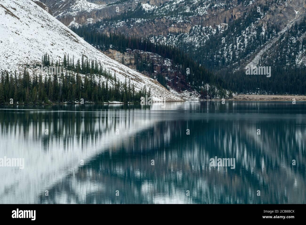 Neve fresca sulla Bow Mountain riflessa in Bow Lake, Banff National Park, Alberta, Canada Foto Stock