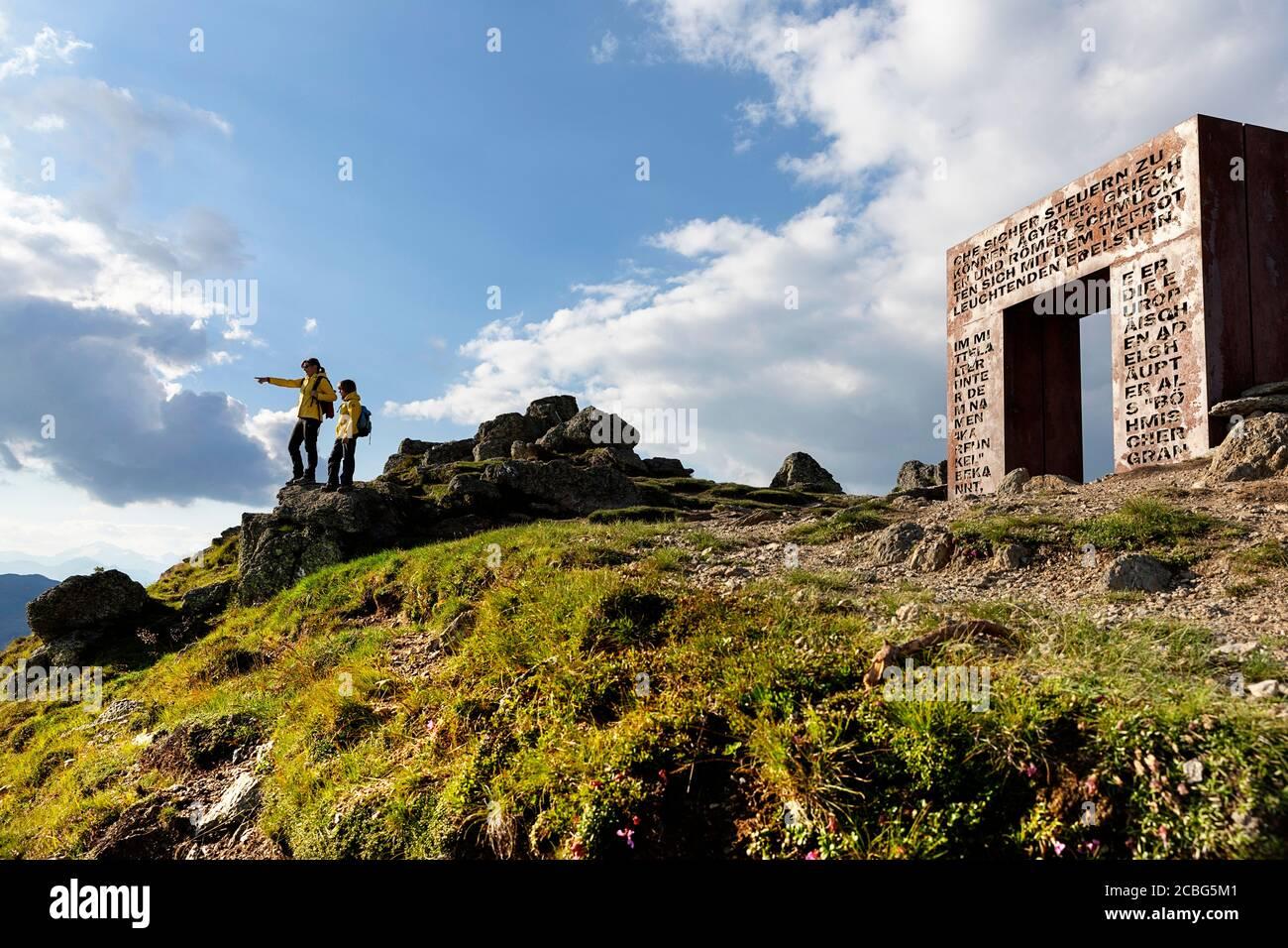 Madre e figlio a Garnett Gate on Love Trail, che indica qualcosa in distanc, Granattor, Lammersdorf montagna, Nock Montagne, Carinzia, Austria Foto Stock