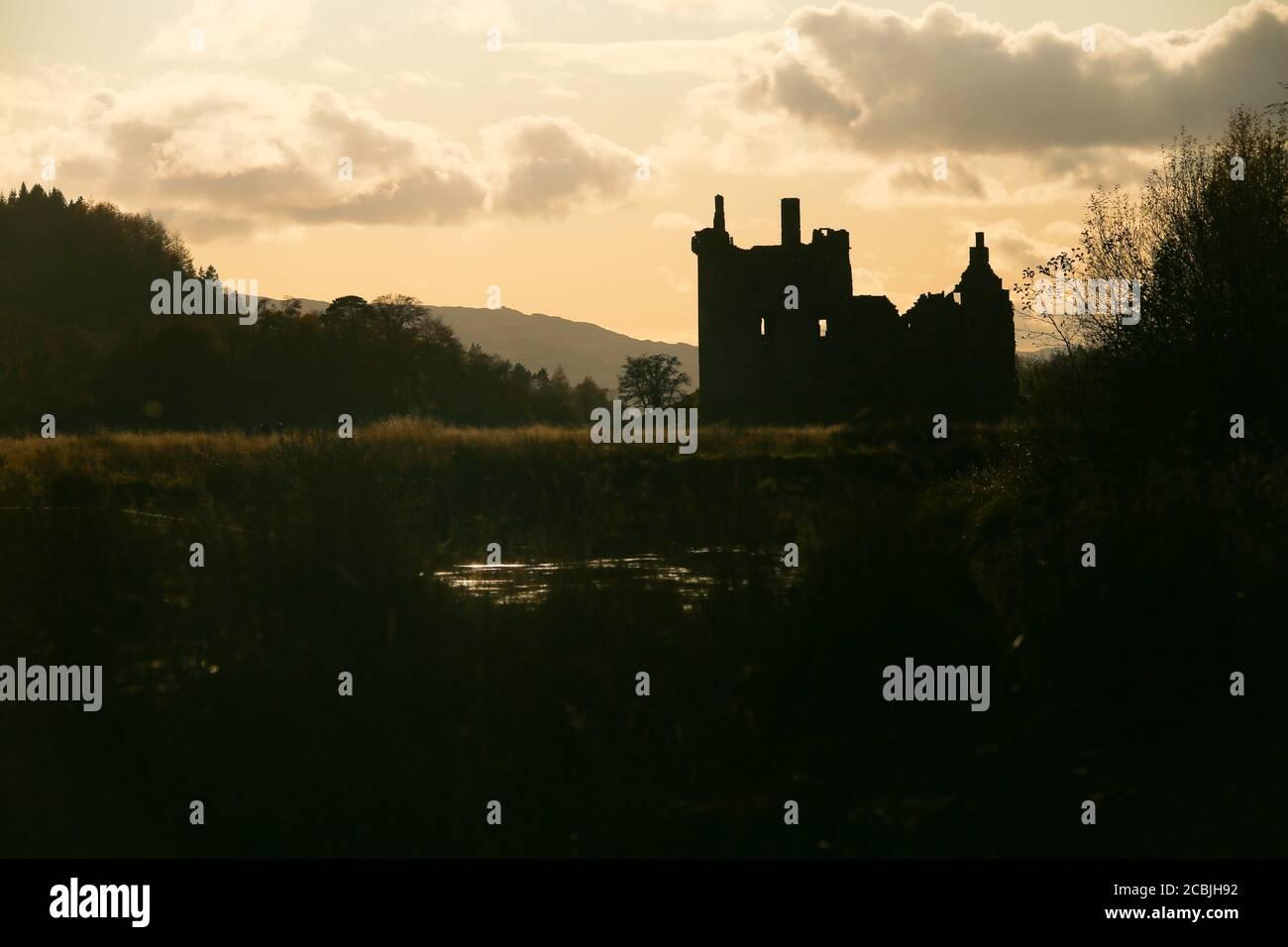 Kilchurn Castle in silhouette, Scozia Foto Stock