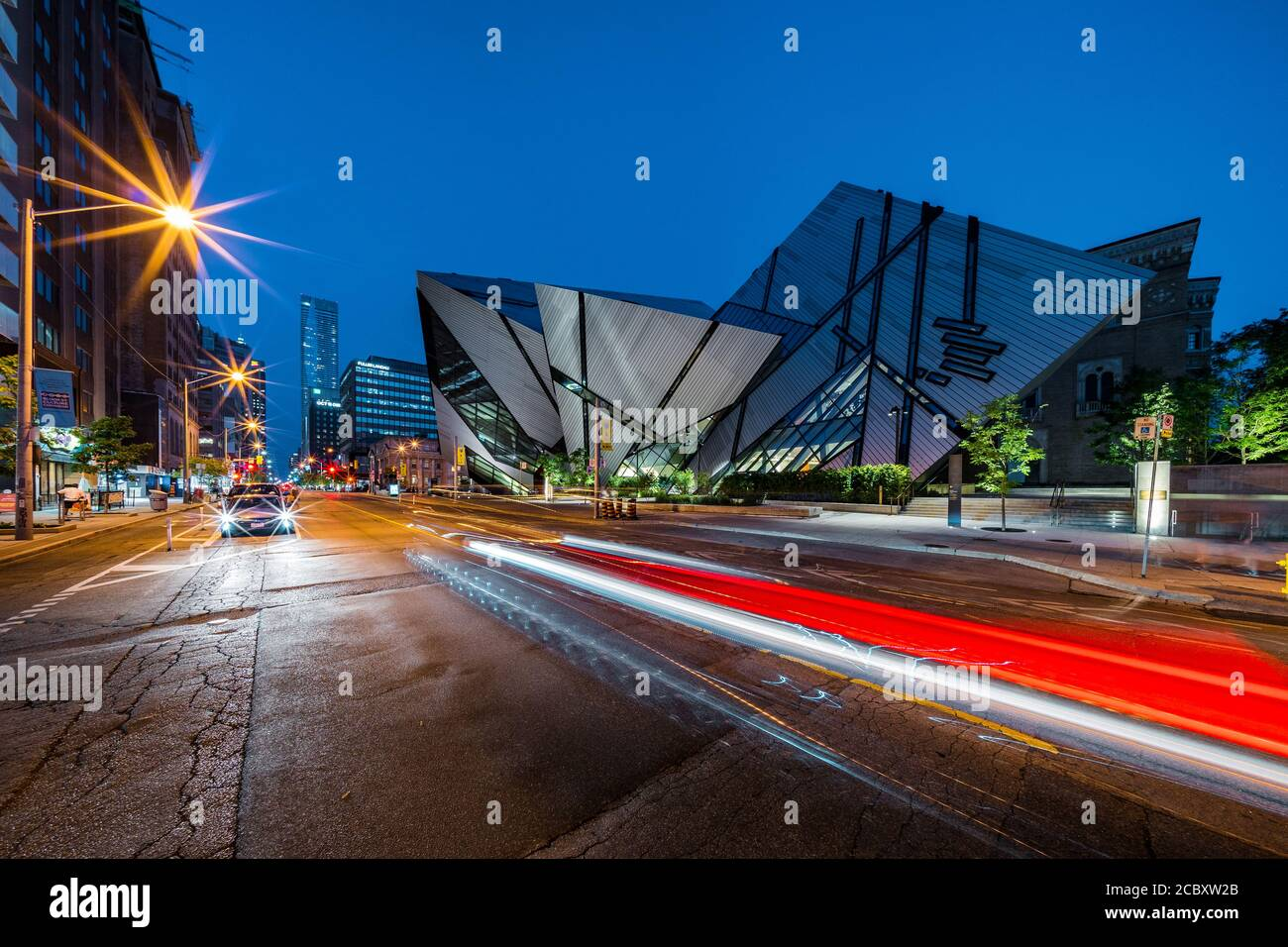 Vista notturna del punto di riferimento architettonico Royal Ontario Museum, noto anche come la ROM a Toronto, Ontario, Canada. Foto Stock