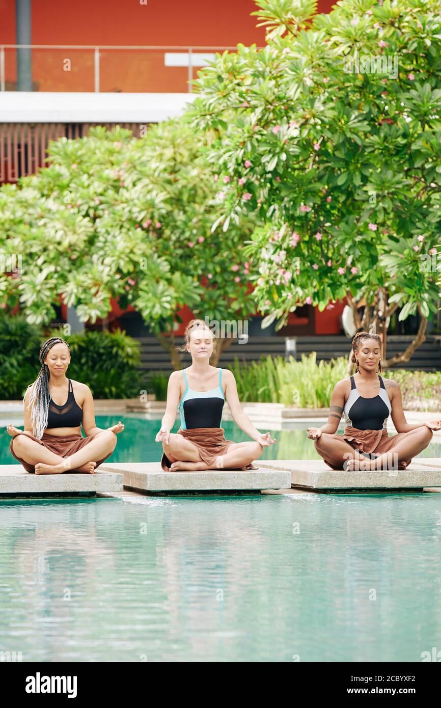 Giovani donne che meditano insieme Foto Stock