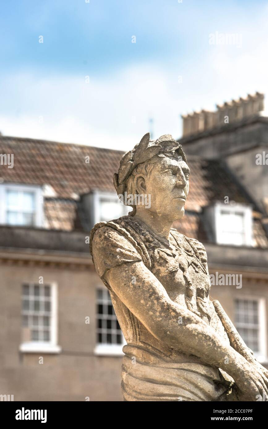 Statua del dittatore Imperatore Julius Casear, Grande terrazza di bagni Romani, Bath, Inghilterra. Lo scultore copista Laurence Tyndall. Somerset, Regno Unito. Spazio di copia. Foto Stock