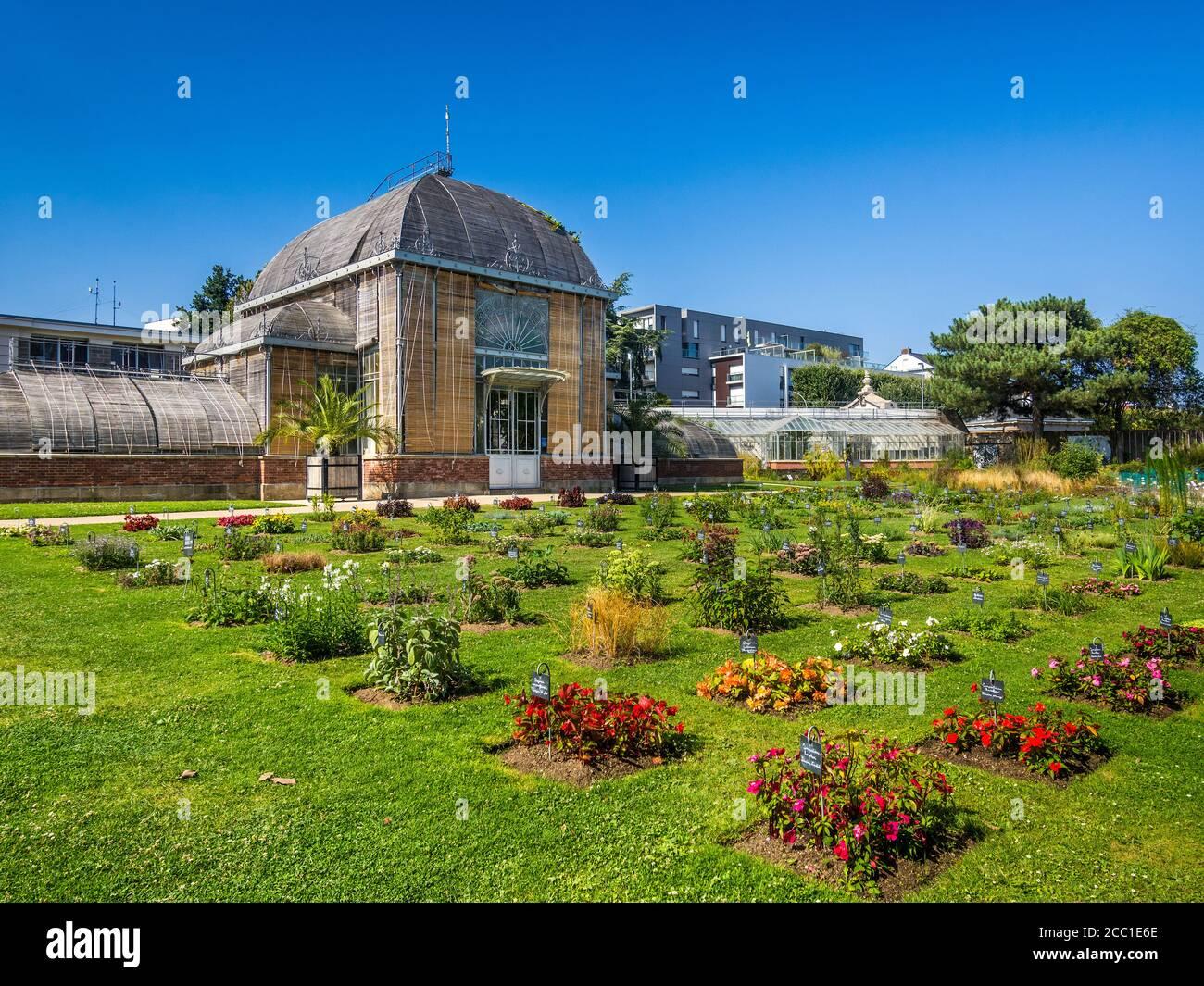 Persiane in legno che coprono le finestre del Palmarium nel Jardin des Plantes - Nantes, Loire-Atlantique, Francia. Foto Stock