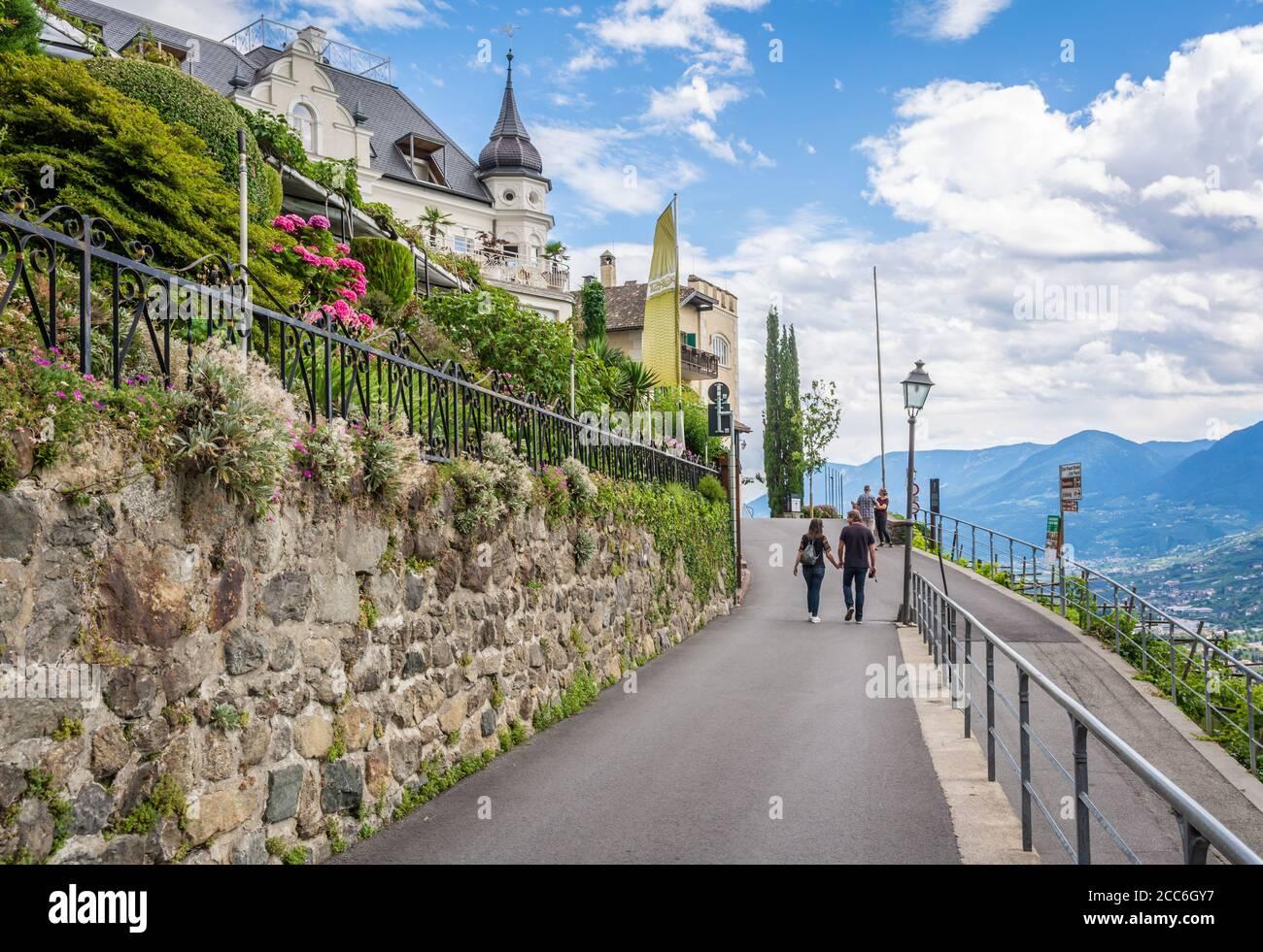 via del piccolo villaggio di Tirolo presso Merano in Alto Adige, Trentino Alto Adige, italia settentrionale - 16 luglio 2020 Foto Stock
