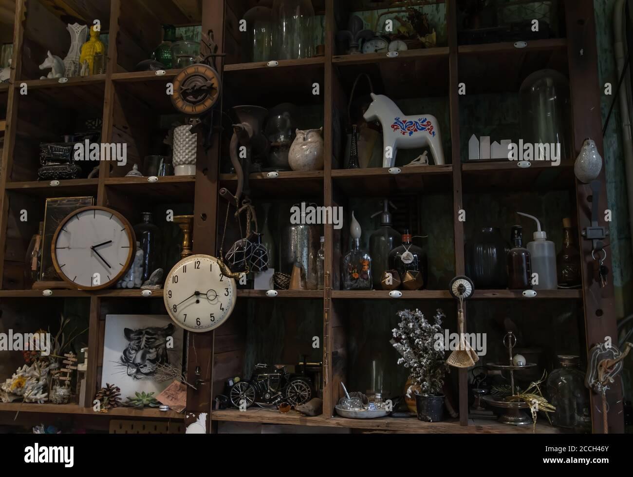 Bangkok, Thailandia - 26 giu 2020 : Orologi da parete e Collectibles su scaffale rustico in legno fatto a mano in stile soggiorno d'epoca. Nessuna messa a fuoco, specifica Foto Stock