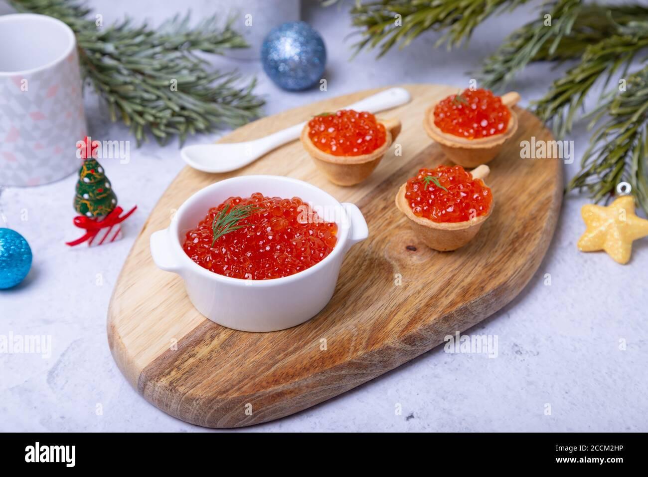 Decorazioni Natalizie Per Insalata Russa.Tradizionale Russo In Legno Decorazioni Di Natale In Vendita Nel Mercato Izmaylovo Mosca Russia Foto Stock Alamy