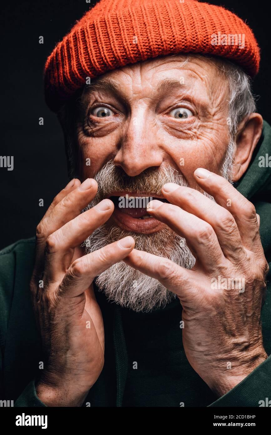 Primo piano volto di anziani pensionati felici con occhi aperti e bocca aperta sensazione di stupore o stupito quando sapeva che la pensione raddoppiava. Isolato su Foto Stock