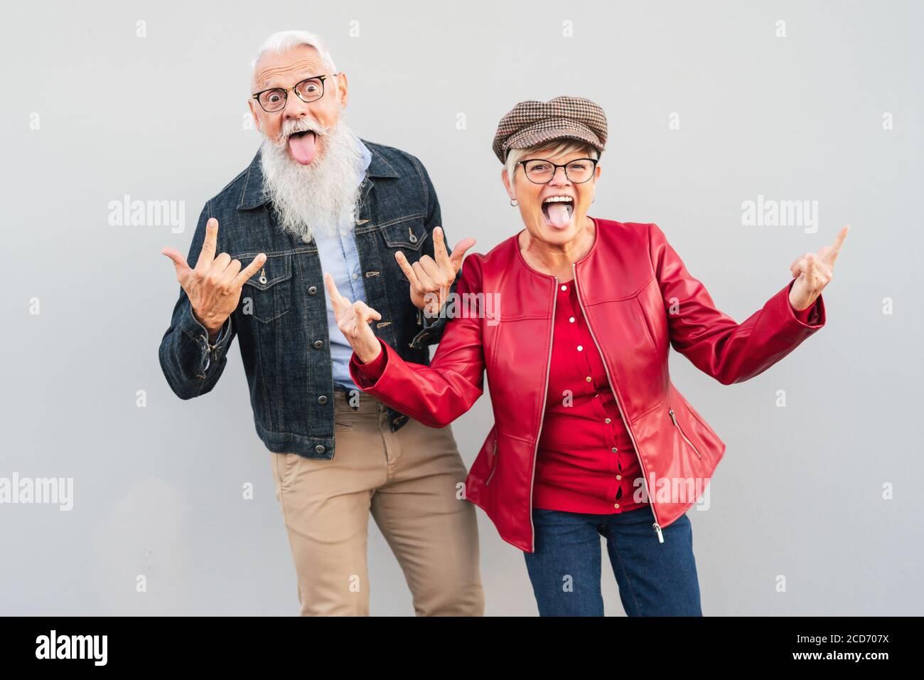 Felice coppia senior divertirsi insieme all'aperto - Uomo Pensionato e donna che celebra momenti pazzi Foto Stock