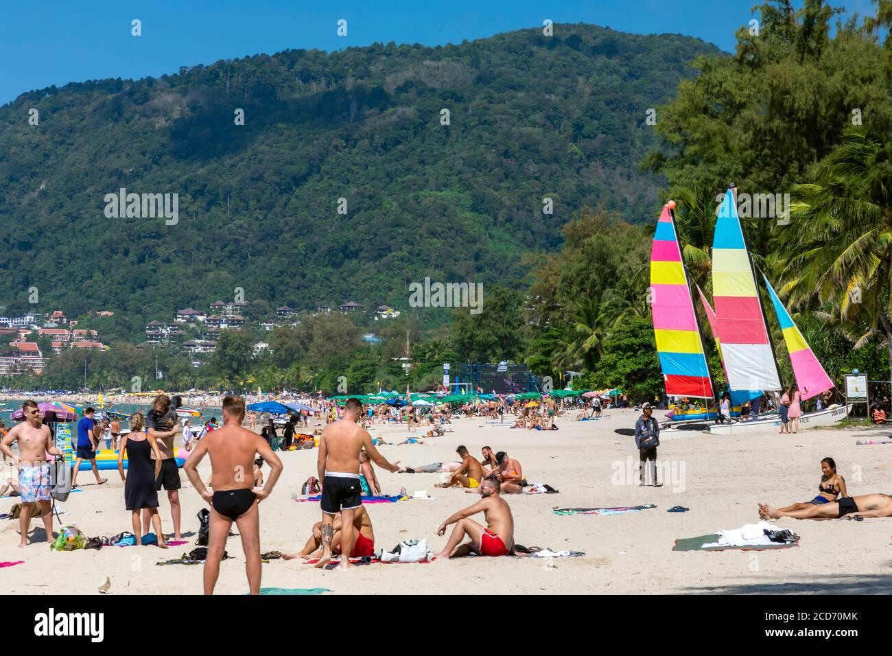 Turisti sulla spiaggia di Patong, Phuket, Thailandia Foto Stock