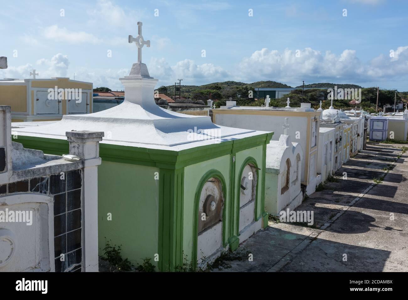 Il cimitero della chiesa cattolica di San Giuseppe, una chiesa parrocchiale nella città di Barbiere sull'isola caraibica di Curacao nelle Antille olandesi. Foto Stock