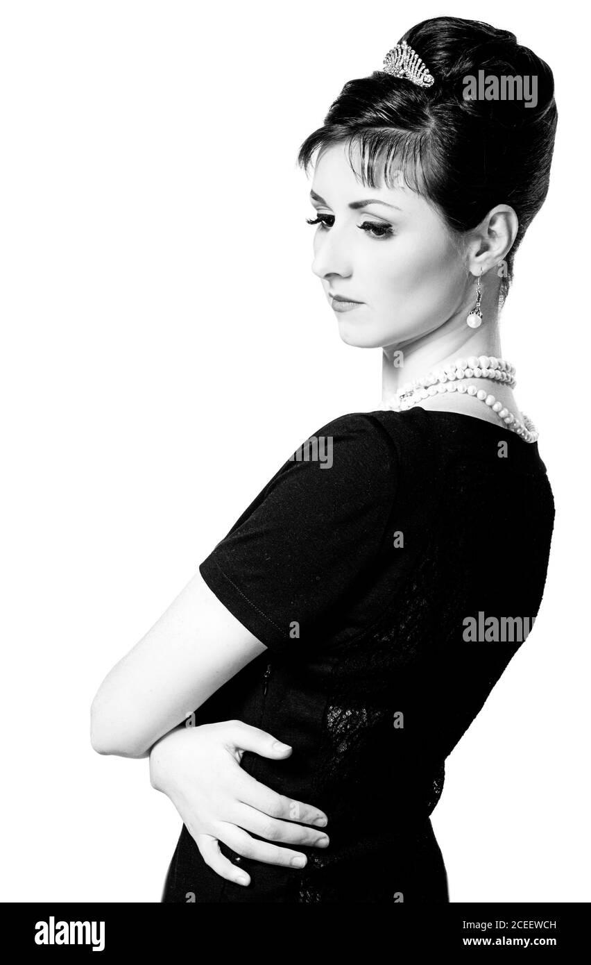 vintage Ritratto di una bella giovane ed elegante donna. La ragazza nell'immagine di Audrey Hepburn. Fotografia in bianco e nero Foto Stock