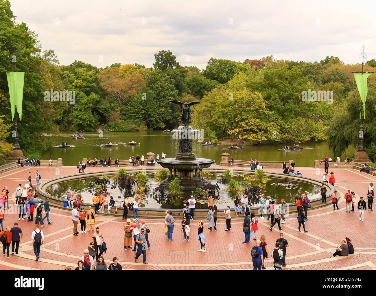 New York City, USA - 7 ottobre 2019: Molte persone sono intorno alla Fontana di Bethesda sulla terrazza nel Central Park. Foto Stock