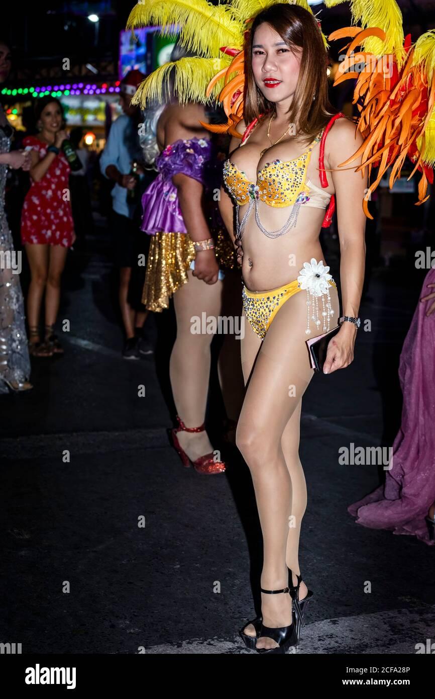 Ladyboy in posa su Bangla Walking Street, Patong Beach, Phuket, Thailandia Foto Stock