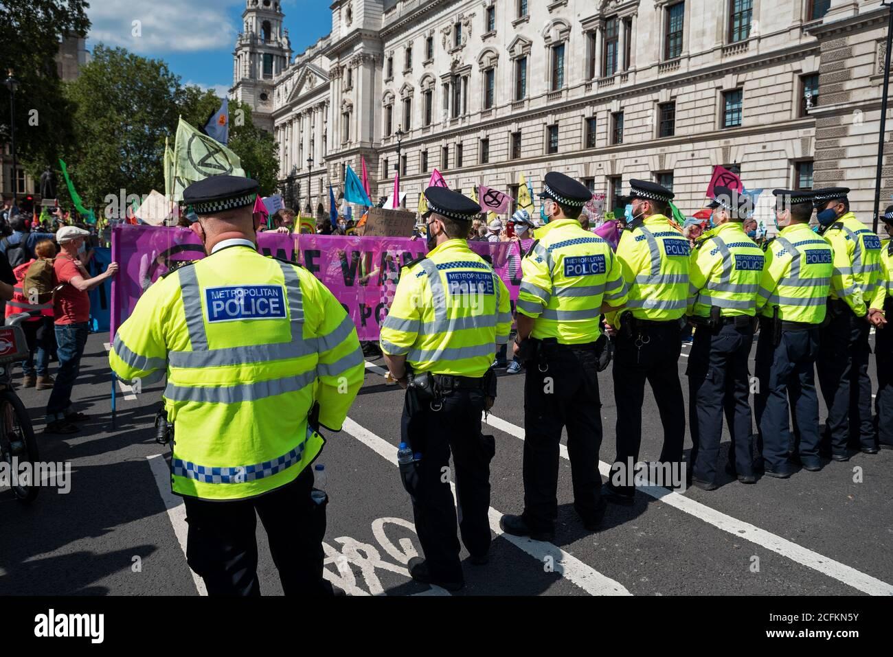 Westminster, Londra, Regno Unito. 1 Settembre 2020. La ribellione Extinction di Londra protesta, prima di 10 giorni di azioni pianificate per il cambiamento climatico. I precedenti manifestanti XR avevano marciato con cartelli e striscioni da Trafalgar Square e occupato la Piazza del Parlamento e le strade che la circondano. I manifestanti chiedevano al Parlamento di sostenere il progetto di legge sull'emergenza ecologica e sul clima (legge CEE). Con l'avanzare del tempo, la polizia metropolitana si è arrestata, cancellando l'area davanti al Parlamento, e alcuni manifestanti hanno iniziato a lasciare. Sono state previste proteste multiple in tutto il Regno Unito. Credito: Stephen Bell/Alamy Foto Stock
