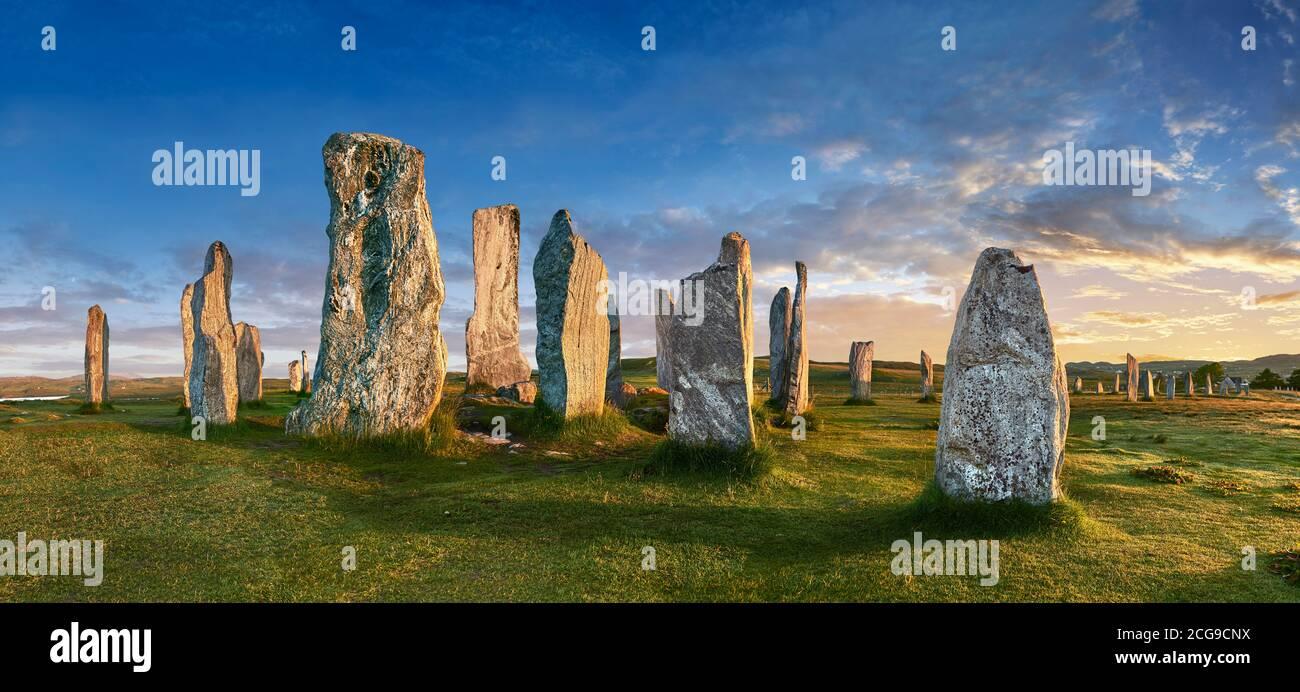 Panorama di Calanais Standing Stones centrale cerchio di pietra eretto tra 2900-2600BC misura 11 metri di larghezza. Al centro dell'anello si erge un hu Foto Stock