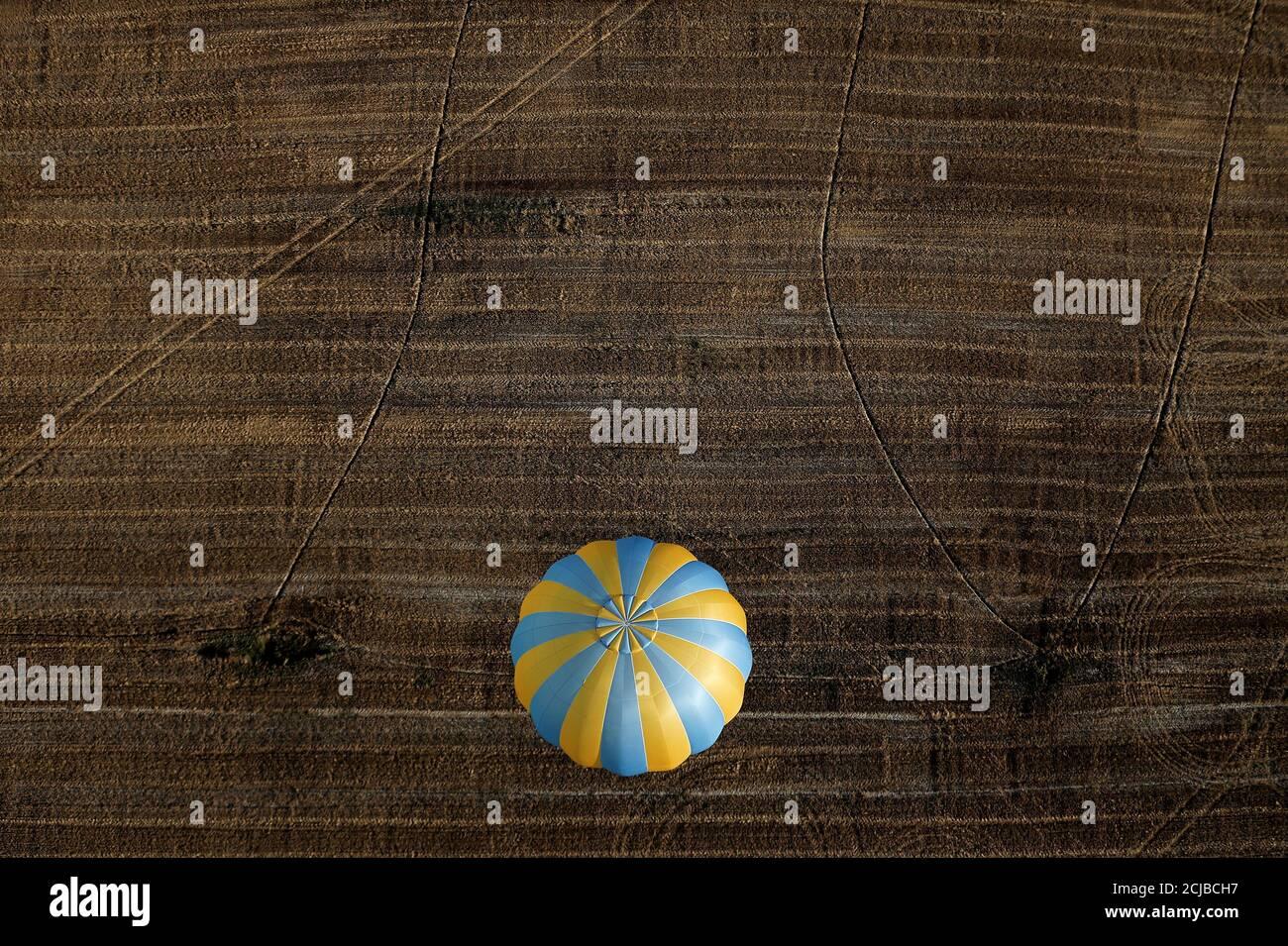 Una mongolfiera vola durante un evento di mongolfiera a Todi, 29 luglio 2017. REUTERS/Alessandro Bianchi IMMAGINI TPX DEL GIORNO Foto Stock