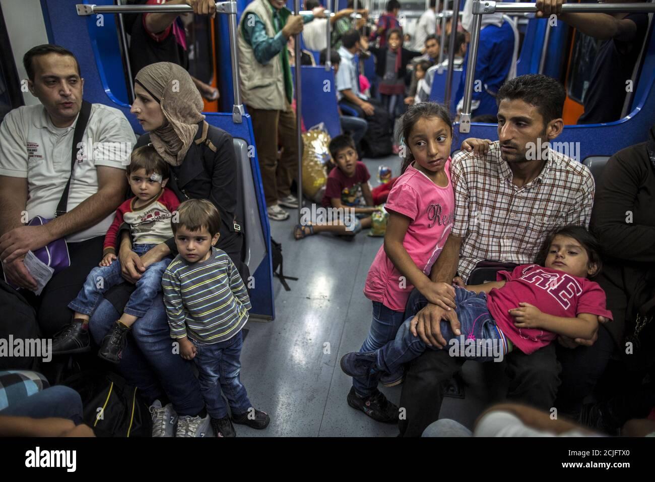 Yasmine (3° R), 6 anni, un migrante del Deir al Zour, Siria dilaniata dalla guerra, siede con i suoi genitori sulla metropolitana ad Atene, Grecia, 12 settembre 2015. Il passaggio dalla Turchia a Lesbos e l'eventuale viaggio ad Atene sono solo l'inizio per Yasmine e altre famiglie. Più avanti si trova un trekking a nord attraverso la Grecia, attraverso la Macedonia e la Serbia fino all'Ungheria e verso l'Austria, la Germania e i paesi più industrializzati. Foto scattata il 12 settembre 2015. REUTERS/Zohra Bensemra Foto Stock