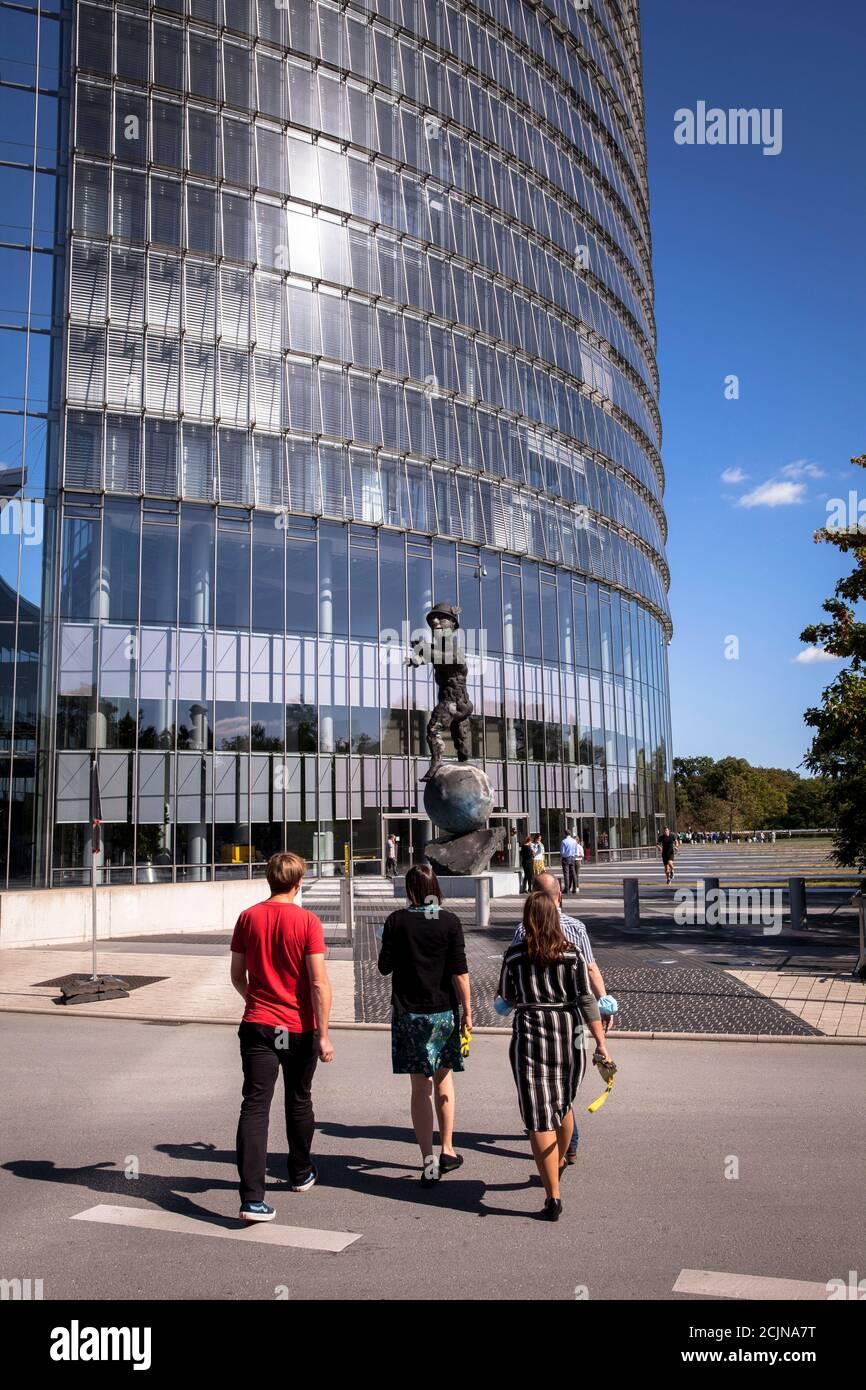 La Torre postale, sede della società logistica Deutsche Post DHL Group, statua Mercurius di Markus Luepertz, Bonn, Nord Reno-Westfalia, Germ Foto Stock