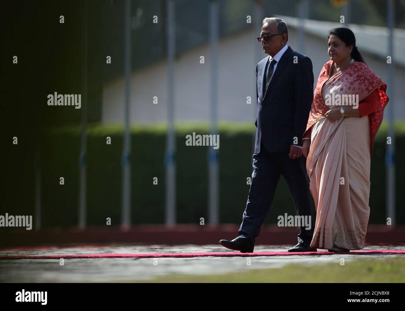 Il presidente del Bangladesh Abdul Hamid cammina con il presidente del Nepal Bidhya Devi Bhanari per ispezionare la guardia d'onore al suo arrivo all'aeroporto internazionale di Tribhuvan a Kathmandu, Nepal, il 12 novembre 2019. REUTERS/Navesh Chitrakar/Pool Foto Stock